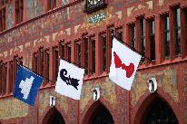 Gemeindeflaggen am Rathaus